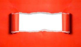 与边缘的红色被撕毁的纸在白皮书和文本复制空间 库存照片