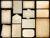 与边缘的老纸板料 葡萄酒在黑色的书页 免版税库存照片