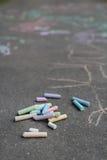 与边路粉笔画的沥青表面覆盖物 免版税库存图片