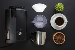 与过滤器和杯的咖啡壶在灰色背景 免版税库存图片