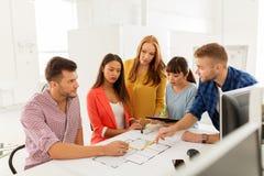 与运作在办公室的图纸的创造性的队 免版税库存图片