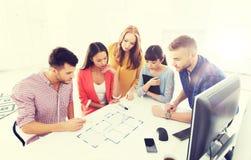 与运作在办公室的图纸的创造性的队 库存照片