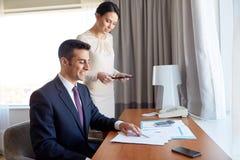 与运作在旅馆客房的纸的企业队 免版税图库摄影