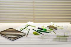 与运作的材料的办公室桌 免版税库存照片