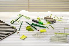 与运作的材料的办公室桌 免版税图库摄影