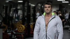 与运动修造的男性去除在健身房的敞篷 影视素材