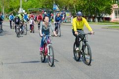 与运动员和循环的热心者的参与的许多春天自行车乘驾致力打开循环的季节2019年,戈梅利 免版税库存照片