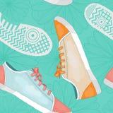 与运动鞋、脚印和花的无缝的样式 库存图片
