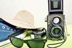 与运动鞋的双透镜反光照相机 免版税库存图片