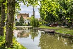 与运河和教会圆顶的风景 伊顿干酪荷兰 免版税库存照片
