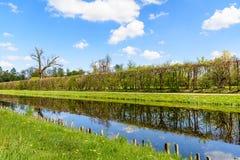 与运河和树篱的风景 免版税库存照片