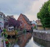 与运河的古雅村庄场面在法国的阿尔萨斯地区 免版税库存照片