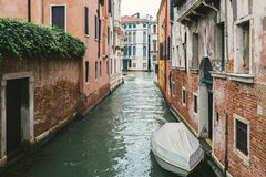 与运河的欧洲老建筑学在威尼斯,意大利 图库摄影