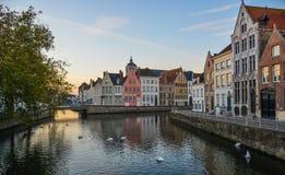 与运河的老大厦在布鲁日,比利时 免版税库存照片