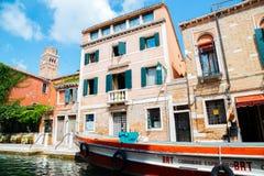 与运河的葡萄酒样式欧洲老建筑学在威尼斯,意大利 图库摄影