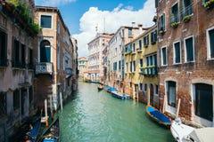 与运河的葡萄酒样式欧洲老建筑学在威尼斯,意大利 免版税库存图片