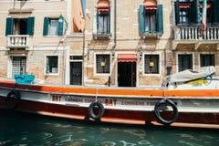 与运河的葡萄酒样式欧洲老建筑学在威尼斯,意大利 库存照片