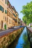 与运河的街道视图在卢卡,托斯卡纳,意大利 图库摄影