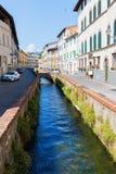 与运河的街道视图在卢卡,托斯卡纳,意大利 库存图片