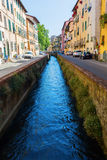 与运河的街道视图在卢卡,托斯卡纳,意大利 免版税库存图片