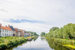 与运河的风景由贵妇人在比利时 库存照片