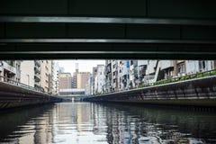 与运河的Namba常驻大厦在桥梁下 免版税库存照片