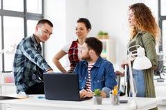 与运转在办公室的膝上型计算机的创造性的队 免版税图库摄影