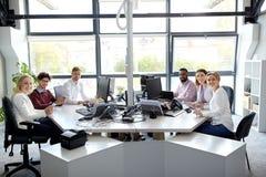 与运转在办公室的计算机的企业队 免版税图库摄影