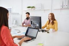 与运转在办公室的计算机的创造性的队 免版税库存图片