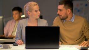 与运转在夜办公室的膝上型计算机的企业队 股票录像