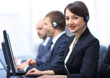 与运转在电话中心的耳机的女性顾客服务代理 免版税库存照片