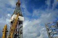 与运转的起重机的海上钻探钻机 免版税库存照片