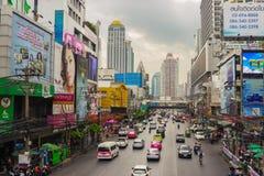 与运输的街道场面 曼谷 免版税库存照片