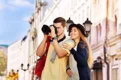 与近照相机和女孩的年轻人射击 免版税库存照片