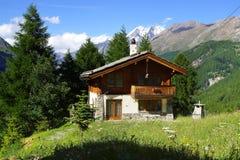 与近瑞士山中的牧人小屋的美好的农村风景 免版税图库摄影