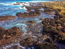 与进来的波浪的沿海岩石 免版税库存图片