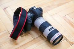 与远摄镜头的照相机在镶花地板上 图库摄影