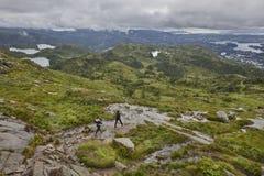 与远足者的挪威风景 Ulriken山 卑尔根surrou 图库摄影