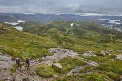 与远足者的挪威风景 Ulriken山 卑尔根surrou 库存图片
