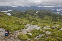 与远足者的挪威风景 Ulriken山 卑尔根surrou 免版税库存照片
