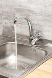 与连续自来水的厨房水槽 免版税库存图片