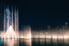 与迪拜的跳舞喷泉的夜都市风景 库存照片
