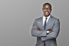 与迷人的微笑的快乐的非裔美国人的商人完成了骄傲和成功 免版税图库摄影