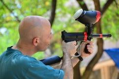与迷彩漆弹运动枪的Trarget实践 图库摄影