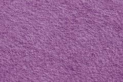 与迷离作用的紫罗兰色颜色毛巾表面特写镜头 库存图片