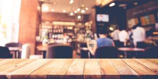与迷离咖啡店,咖啡馆背景的木台式 免版税库存照片
