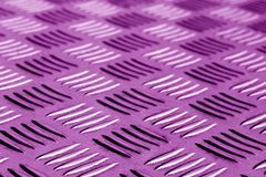 与迷离的菱形金属地板样式在紫色口气 库存图片
