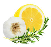 与迷迭香小树枝的水多的黄色柠檬和大蒜朝向 库存图片
