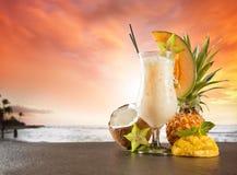 与迷离海滩的夏天饮料在背景 库存图片