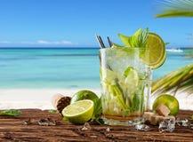与迷离的夏天饮料在背景靠岸 免版税图库摄影